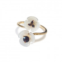 Gold ring, garnet, mother of pearl